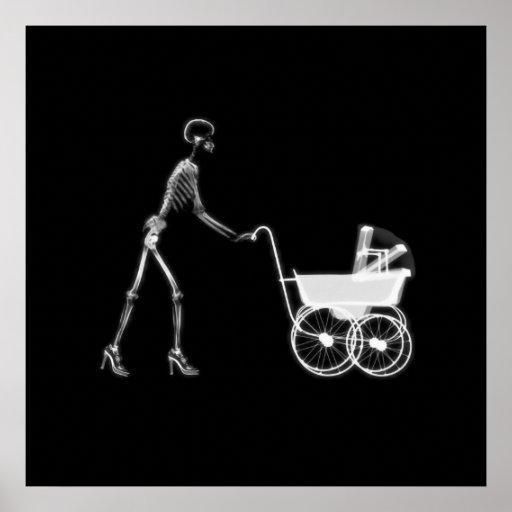 Mamá y bebé esqueléticos - B&W original de la radi Poster