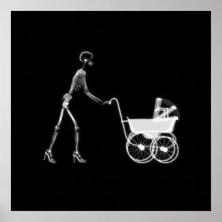 Mamá y bebé esqueléticos - B&W original de la radi Póster