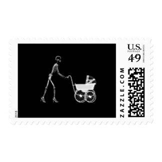 Mamá y bebé esqueléticos - B&W original de la Timbre Postal