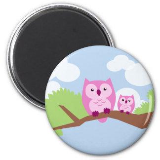 Mamá y bebé rosados lindos del búho imán redondo 5 cm