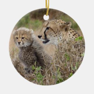 Mamá y Cub del guepardo Adorno Navideño Redondo De Cerámica