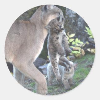 Mamá y Cubs del puma Pegatina Redonda