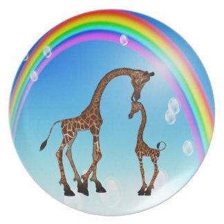 Mamá y jirafa y arco iris lindos del bebé plato de cena