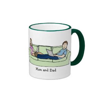 Mamá y papá en el sofá taza de café
