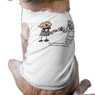 Mamá y papá que consiguen la camisa casada del per playera sin mangas para perro