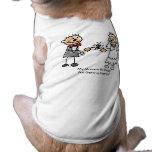 Mamá y papá que consiguen la camisa casada del per camisa de mascota