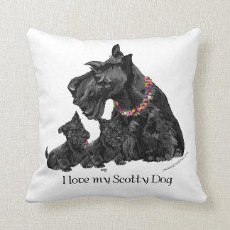 Mamá y perritos de Terrier del escocés Cojín