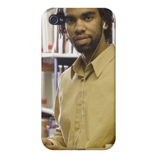 Man listening to music with heads in iPhone 4 case
