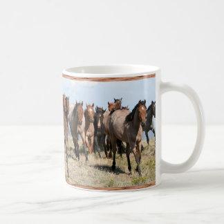 Manada de frente de caballos tazas