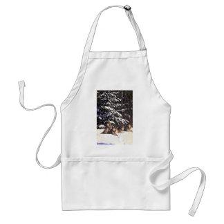 Manada de lobos en el borde de maderas nevosas delantal