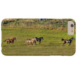 Manada de los caballos que corren en A.C. un Funda De iPhone 6 Plus Barely There