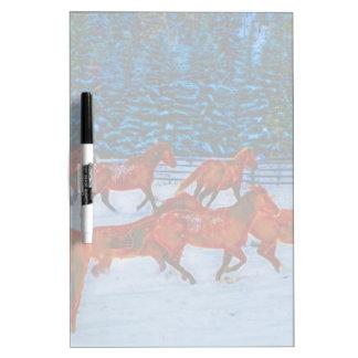Manada de los caballos que corren en arte de la tableros blancos