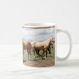 Manada del caballo debajo del cielo grande taza de café