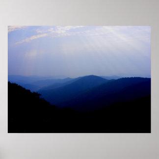 Mañana ahumada de la montaña posters