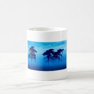 Mañana brumosa azul taza de café