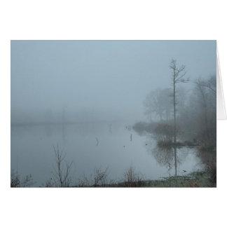 Mañana brumosa en el lago tarjeta de felicitación