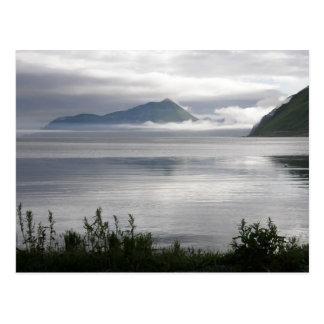 Mañana brumosa en la bahía de Illiuliuk, isla de Tarjeta Postal