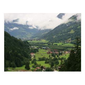 Mañana brumosa en las montañas tarjeta postal
