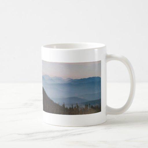 Mañana brumosa en Mt. Shasta Taza Básica Blanca