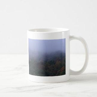 mañana de la persona chapada a la antigua taza de café