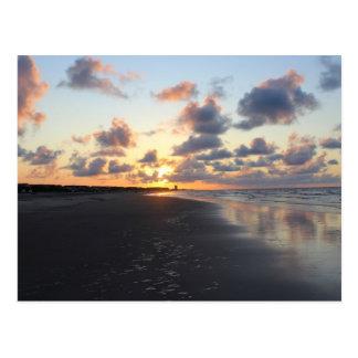 Mañana de la playa de la puesta del sol tarjeta postal
