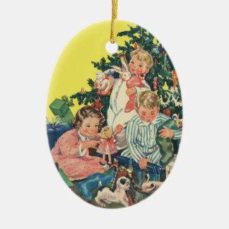 Mañana de navidad del vintage, niños que abren los adorno ovalado de cerámica