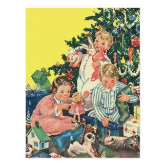 Mañana de navidad del vintage, niños que abren los postales