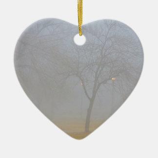 Mañana de niebla del parque ornamento para reyes magos