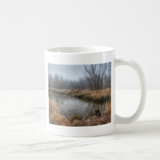 Mañana de niebla en un pantano taza