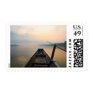 Mañana del lago con el barco sello
