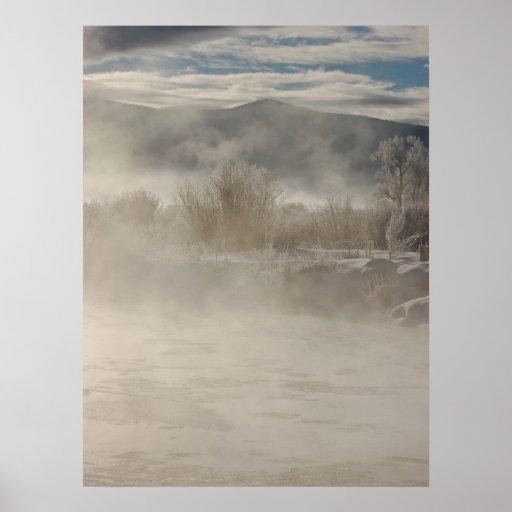 Mañana Frost del invierno en el río Impresiones