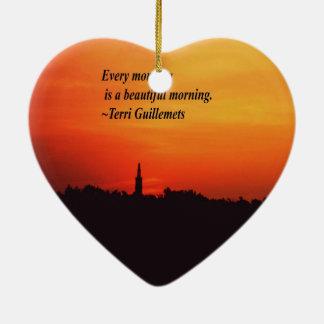 Mañanas hermosas adorno navideño de cerámica en forma de corazón