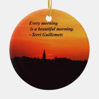 Mañanas hermosas adorno navideño redondo de cerámica