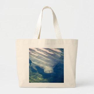 Manatee debajo del agua bolsas de mano