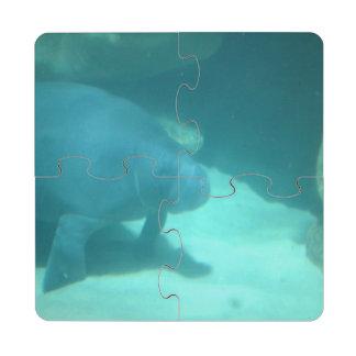 Manatee que flota en el suelo marino posavasos de puzzle
