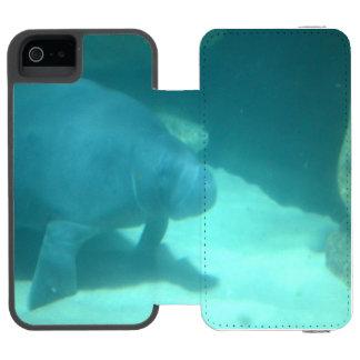 Manatee que flota en el suelo marino funda billetera para iPhone 5 watson