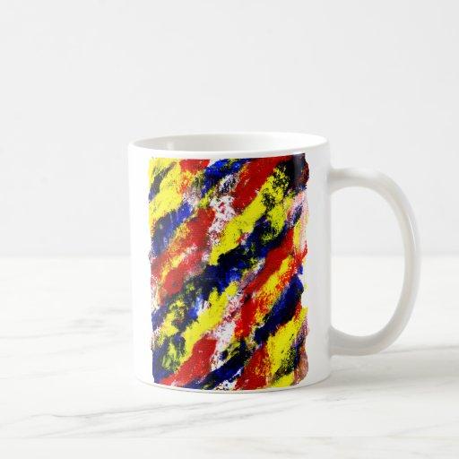 Mancha brillante azul amarilla roja del extracto d taza básica blanca