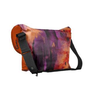 Mancha de color morado oscuro y anaranjada de la bolsas messenger