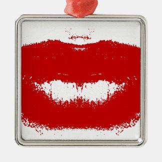 Mancha del lápiz labial en tejido adorno navideño cuadrado de metal