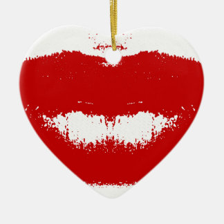 Mancha del lápiz labial en tejido adorno navideño de cerámica en forma de corazón