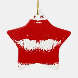 Mancha del lápiz labial en tejido adorno navideño de cerámica en forma de estrella