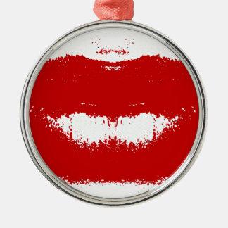 Mancha del lápiz labial en tejido adorno navideño redondo de metal