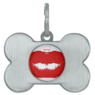 Mancha del lápiz labial en tejido placas de nombre de mascota