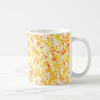 Manchado de tinta rojo amarillo salpica el modelo taza