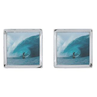 Mancuernas que practican surf gemelos plateados