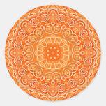 Mandala anaranjada de la acuarela del batik etiquetas redondas