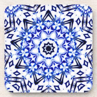 Mandala blanca y azul del caleidoscopio posavasos de bebida