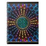Mandala del fractal del resplandor solar con el libro de apuntes con espiral