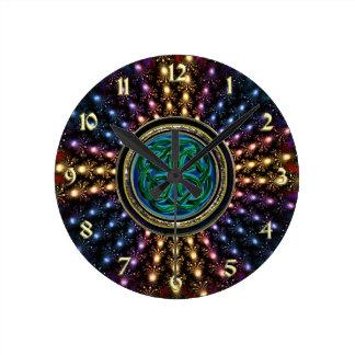Mandala del fractal del resplandor solar con el reloj redondo mediano