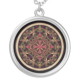 Mandala, extracto cruzado caleidoscópico collar plateado